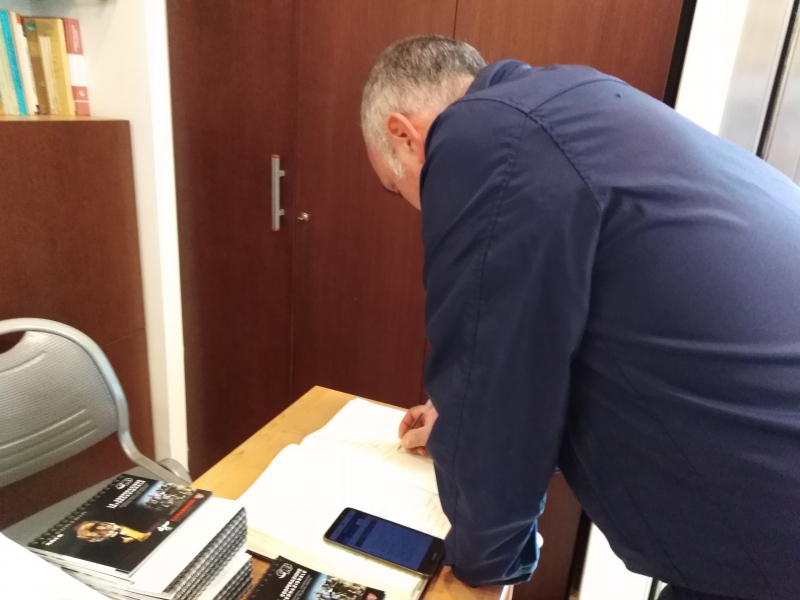 il-presidente-firma-il-registro-degli-ospiti
